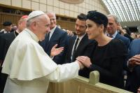 katy-perry-and-orlando-bloom-meeting-the-pope-in-vatican-city-42818.jpg