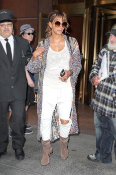 Halle-Berry-heading-to-the-airport-in-NYC-5%2F24%2F18--s6pkl1uccd.jpg