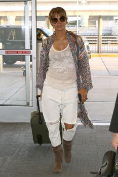 Halle-Berry-heading-to-the-airport-in-NYC-5%2F24%2F18--p6pkl2ifli.jpg